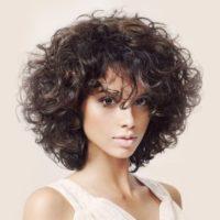 Стрижки на кудрявые волосы 2019: модные и асимметричные