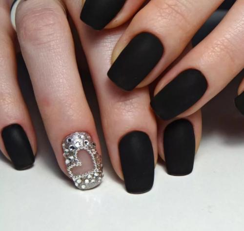 Дизайн ногтей: черный матовый, акцент на безымянном пальце серебристого цвета со стразами
