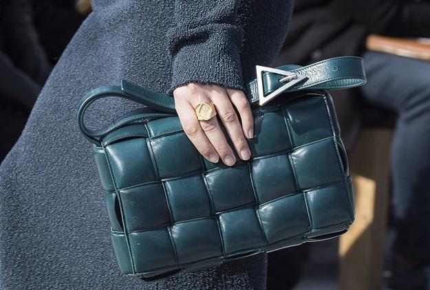 клетчатый орнамент на женской сумке 2020