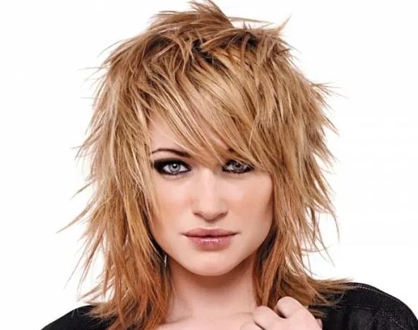 стрижка рваный каскад на средние волосы с челкой