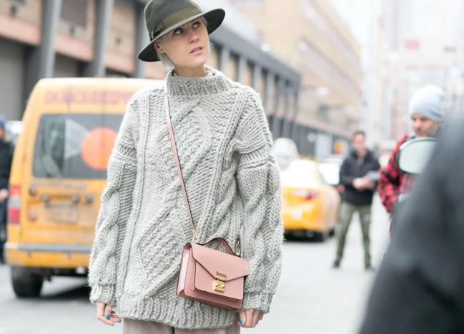 женский свитер в стиле оверсайз